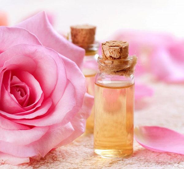 Dùng nước hoa hồng xong có phải rửa mặt không?