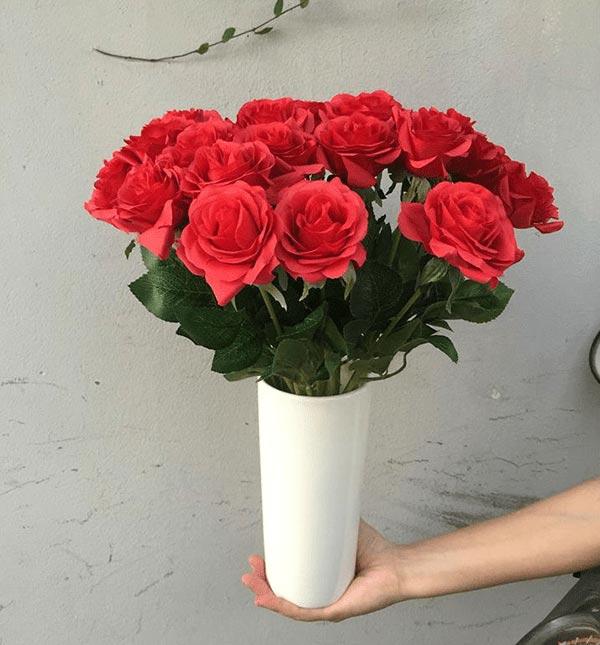 vài kiểu cắm hoa đơn giản - cắm hoa hồng vào lọ cao